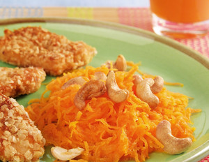 Möhren-Cashewsalat zu Hähnchen-Nuggets