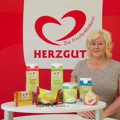 Rita Weimann steht an einem Promotionstand der Herzgut Landmolkerei