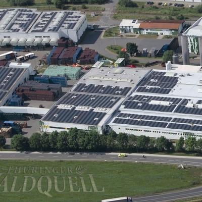 Luftaufnahme Waldquell Fabrik mit Kreisel