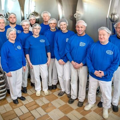 Gruppenfoto von Mitarbeitern in der Produktion der Uplnänder Bauernmolkerei