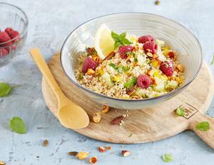 Couscous-Salat mit Himbeeren und Nüssen