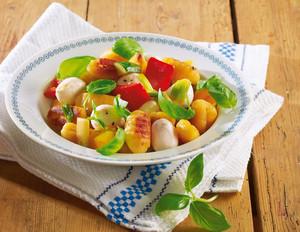 Gebratene Gnocchi mit Gemüse und Mozzarella