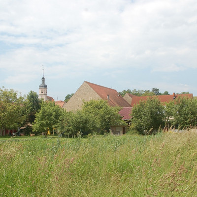 Ortschaft mit Kirchturm