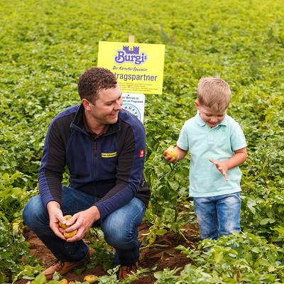 Johannes Seemeier und Leonhard auf einem Kartoffelfeld