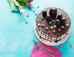 Retro-Geburtstagstorte mit Schaumküssen