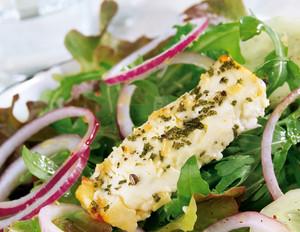 Salat mit gebackenem Fetakäse und Zwiebelringen