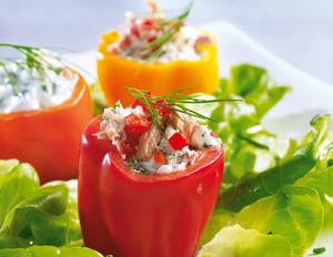 Gefüllte Mini-Paprika auf buntem Salat