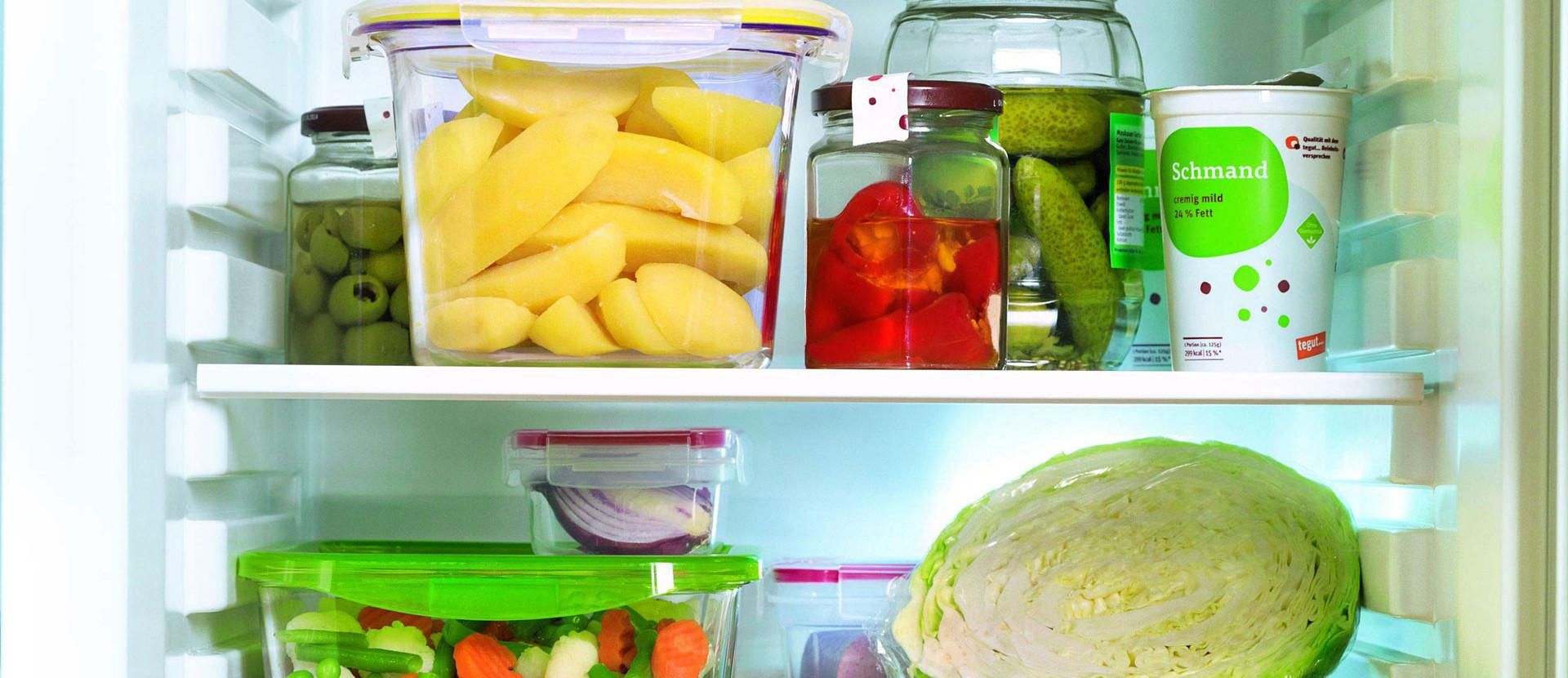 Blick in einen gefüllten Kühlschrank