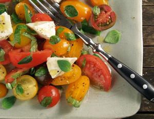 Tomatensalat mit Mozzarella und italienischen Kräutern
