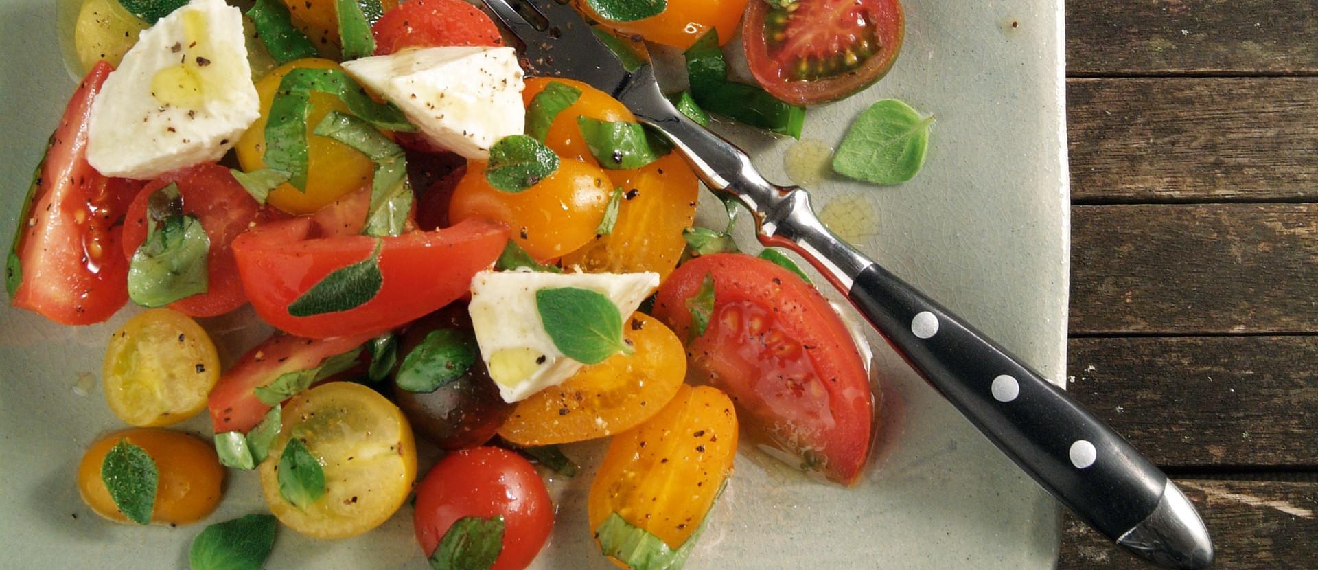 Tomatensalat mit Mozzarella und italienischen Kraeuter