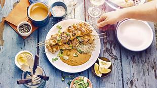 Haehnchen sate spiesse erdnusssauce