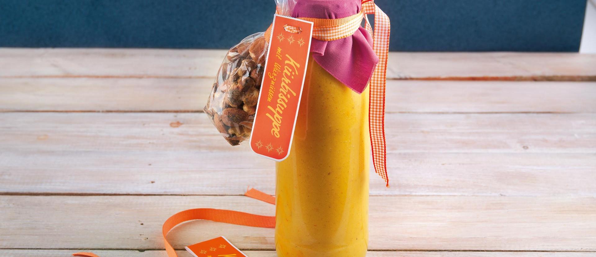 Kuerbissuppe mit Wuerznuessen in der Flasche