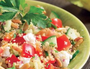 Couscous-Salat mit Schafskäse, Gurken und Paprika