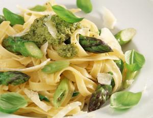 Grüner Spargel mit Pesto zu Tagliatelle