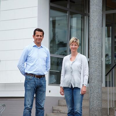 Geschäftsführung vor Eingang des Firmengebäude von Burgis