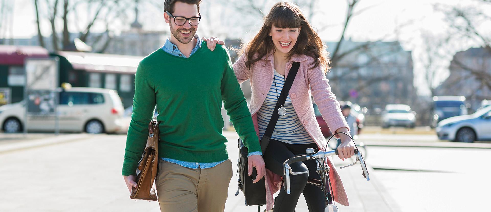 junge Leute mit einem Fahrrad