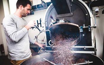 Kaffeebohnen werden vom Geschäftsführer geröstet