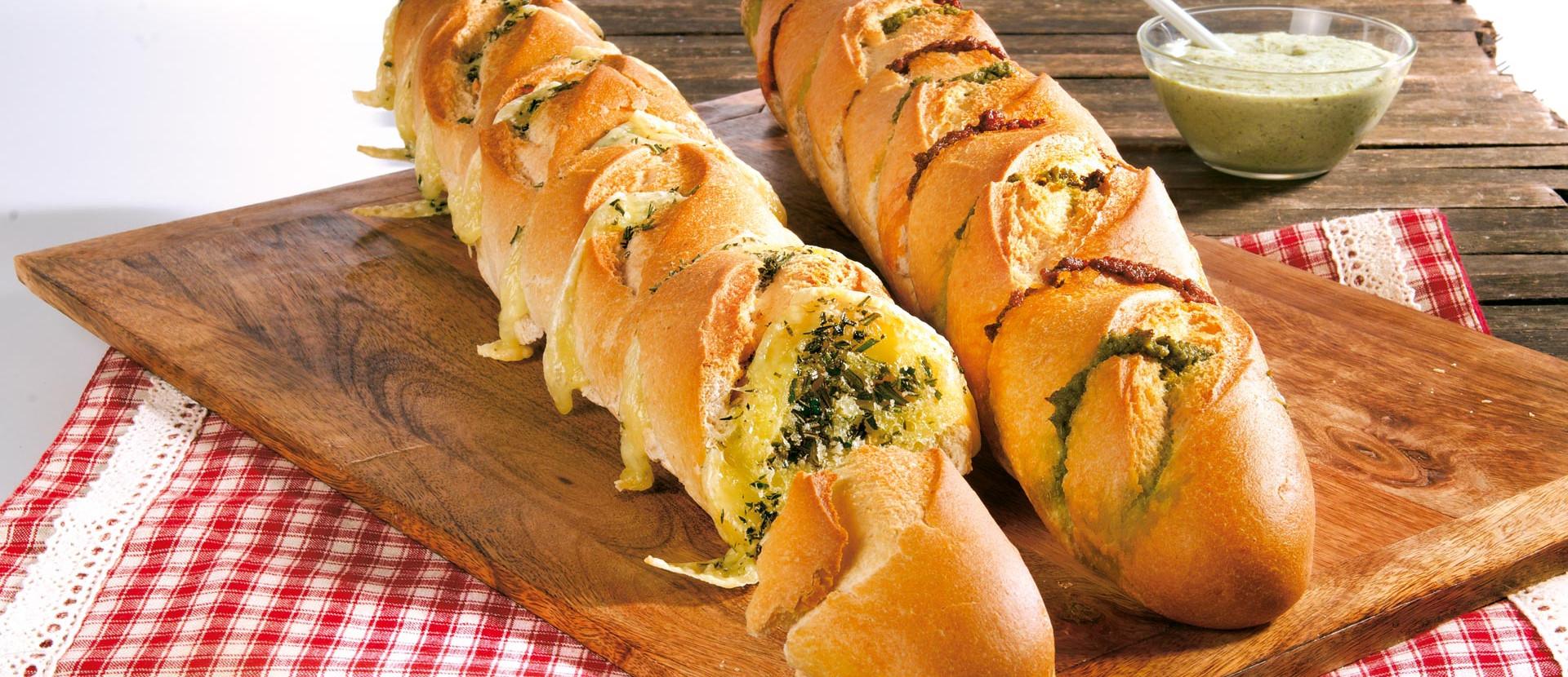 Pesto-Duo- und Käse-Kräuter-Baguette vom Grill