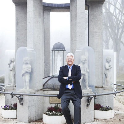 Mann steht vor Brunnen