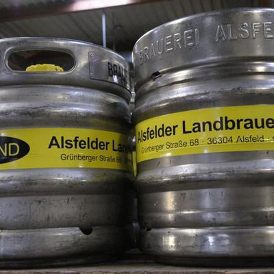 zwei Fässer mit Bier der Alsfelder Landbrauerei