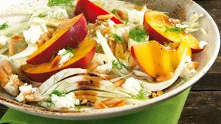 Fenchel-Pfirsich-Salat mit Feta und Pinienkernen