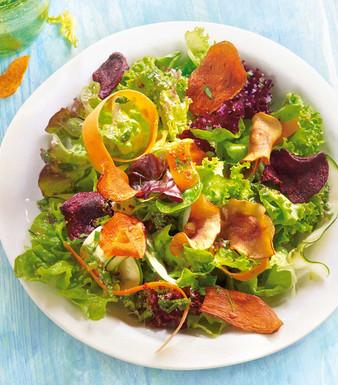 Bunter Salat mit Gemüse-Kesselchips