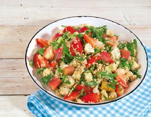 Quinoa-Salat mit Erdbeeren & Rhabarber