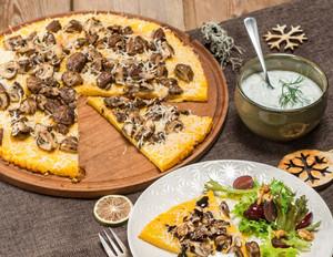 Überbackene Polenta-Parmesan-Ecken an fruchtigem Blattsalat