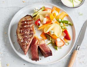 Spring-Salad mit Blue-Cheese und Dry Aged Rumpsteaks