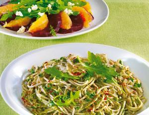 Dinkel-Pasta mit Avocado-Pesto und Rote-Bete-Salat