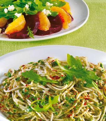 Dinkel Pasta mit Avocado Pesto und Rote Bete Salat