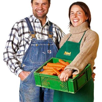 Thomas Schwab mit Frau und eine Kiste Möhren