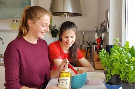 Zwei Mädchen testen Insektenpasta