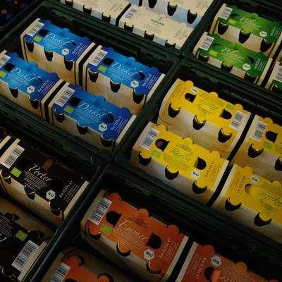 verschiedene Kisten mit Bier von oben