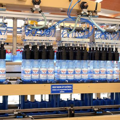 Flaschen werden aufgefüllt