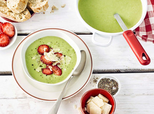 Gruene Spargel Cremesuppe mit Erdbeeren