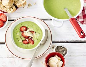 Grüne Spargelcremesuppe mit Erdbeeren und Parmesan