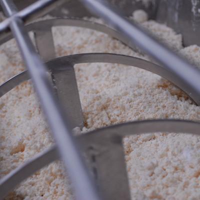 Quarkmasse des hessischen Handkäse im Industriebehälter