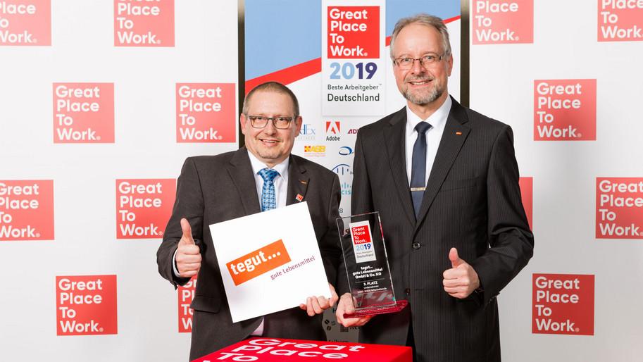 Karl-Heinz Brand und Günter Ledermann halten Auszeichnung