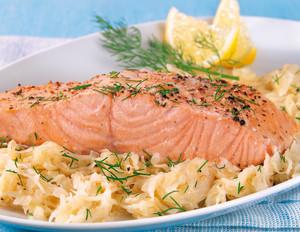 Lachsfilet mit cremigem Sauerkraut und Rösti