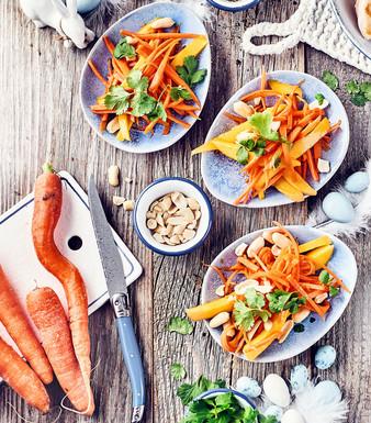 Lauwarmer Mango-Möhren-Salat mit Erdnüssen