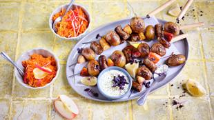 Würstchen-Kartoffelspieße mit Möhren-Apfelsalat