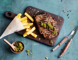 Craft-Beer-Steaks mit Pommes und Pistazien-Dip