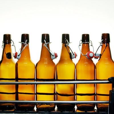 mehrere Bügleflaschen nebeneinander