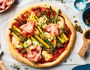 Spargel-Pizza mit Bärlauch-Pesto und Büffelmozzarella