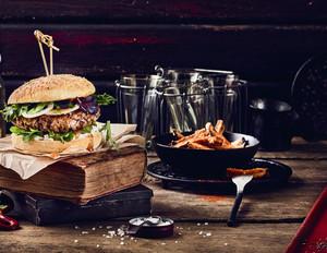 Burger mit Walnuss-Bratling, Ziegenkäse & Feigenmarmelade