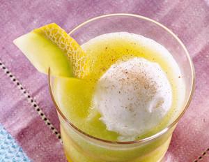Melonen-Drink mit Zitronensorbet
