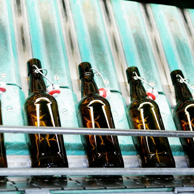 Waschanlage mit Bierflaschen
