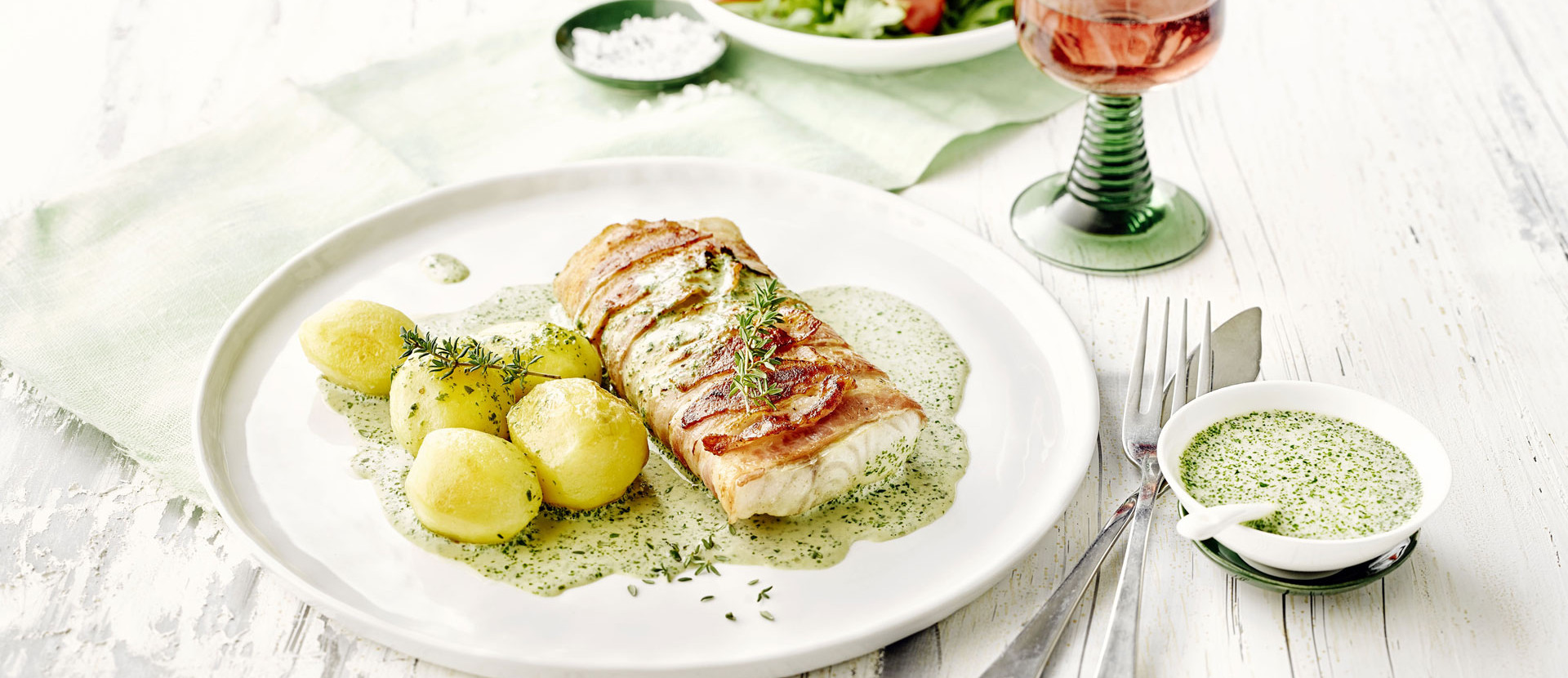 Zanderfilet Speck Kraeutersauce Kartoffel Fisch Teller Wein
