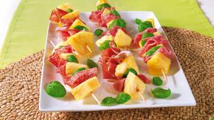 Ananas-Spieße mit Schinken und Salami